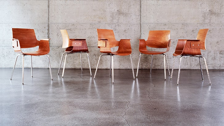 5 chairs marchand before a concrete wall